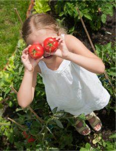 Mädchen mit Tomaten auf den Augen