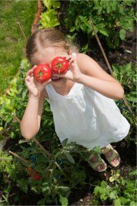 Mädchen hat Tomaten auf den Augen