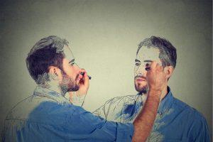 Mann malt sich selbst aus