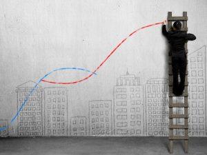 Mann malt eine Steigerungskurve