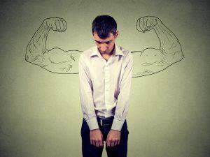 Mann fühlt sich hilflos und schwach