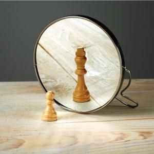 Selbstreflexion - Figur im Spiegel