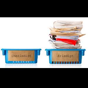 Zwei Aktenablagen, beschriftet mit Unerledigt bzw. Erledigt. Alle Akten sind in der 'Erledigt'-Ablage