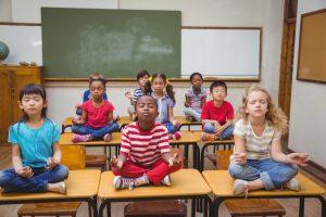 Kinder meditieren im Klassenzimmer