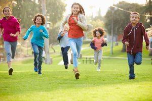 Kinder rennen über die Wiese