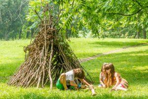 Kinder bauen ein Tipi