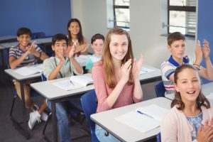 Schüler_innen klatschen in die Hände