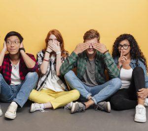 Jugendliche machen Leisezeichen