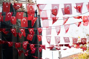 türkische Flaggen an Girlande