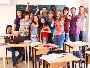 Schulklasse zeigt den Daumen hoch