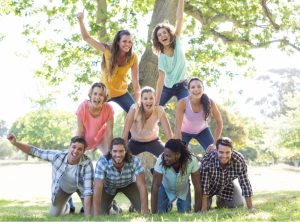 Gruppe von Jugendlichen baut eine Pyramide