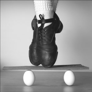 Eiertanz: Ballettschuhe hinter zwei weißen Eiern