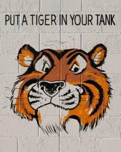 Ein Tigerkopf, das Maskottchen der Esso-Tankstellen. Darüber der Slogan: Put a Tiger in your Tank.