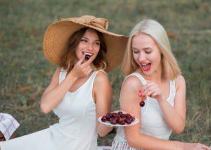 Feine Damen beim Kirschen-Picknick