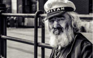 Schwarz weiß Foto eines alten Kapitäns mit langem weißen Bart