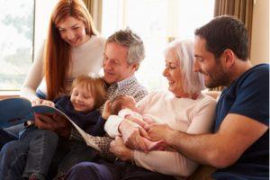 Familie liest gemeinsam auf dem Sofa