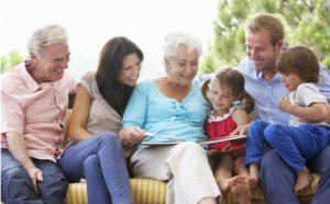 Familie mit Großeltern beim Lesen