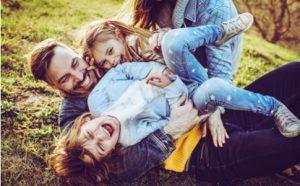 Eltern albern mit ihren Kindern herum