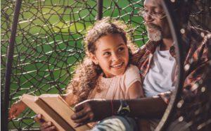 Großvater liest Enkelin vor