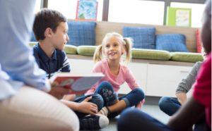 Kindergruppe beim Vorlesen