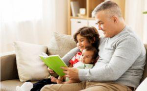 Vater liest seinen Kindern vor