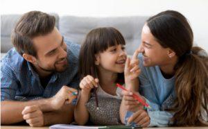 Eltern spielen mit Tochter