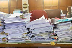 Stapel von Dokumenten auf Schreibtisch