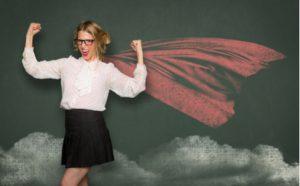 Lehrerin mit gemaltem Superhelden-Cape