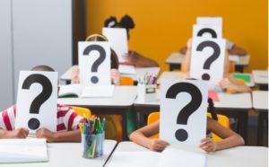 Bildungssprache in Schulen - Schüler mit Fragezeichen vor dem Kopf