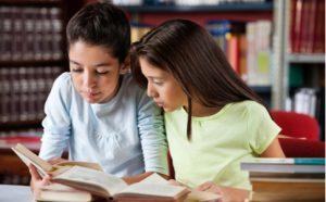 Sprachsensibler Unterricht - Schülerinnen lesen gemeinsam